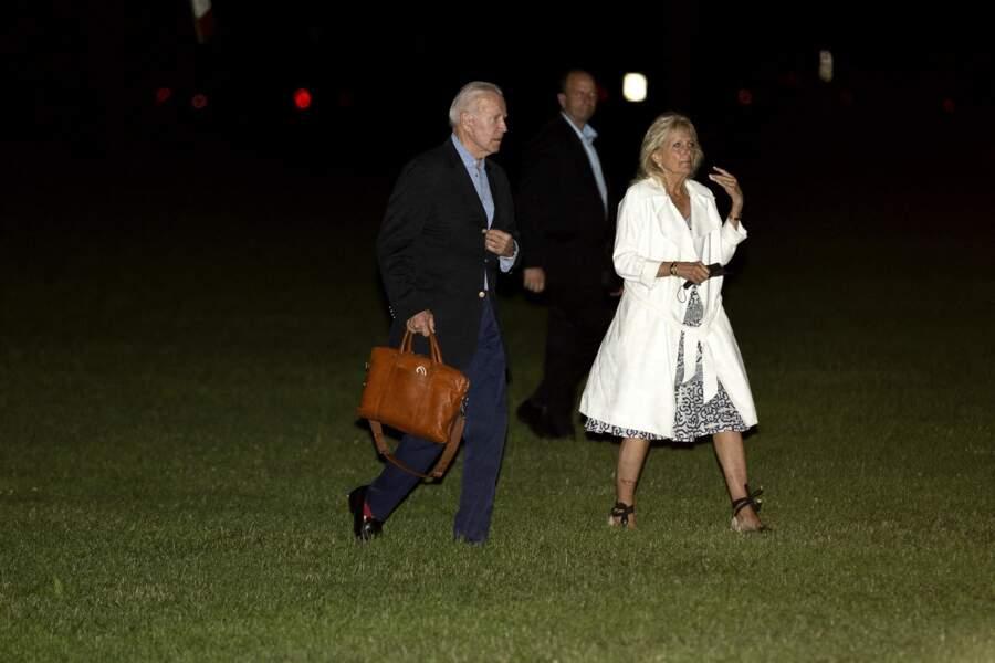 Jill Biden avait déjà associé ses espadrilles noires compensées et nouées sur la cheville, avec cette robe géométrique, le 20 juin 2021.