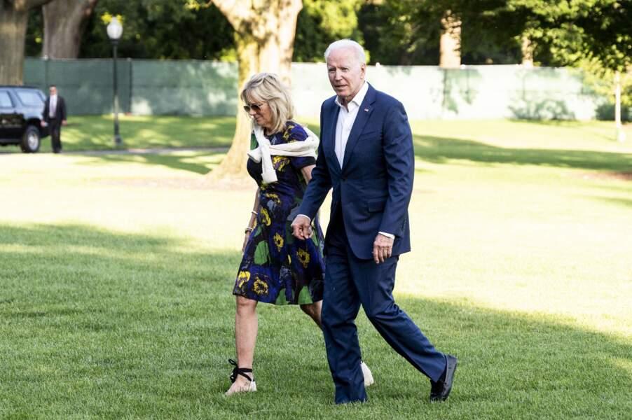 Jill Biden en robe d'été et une paire d'espadrilles, de retour de Camp David, le 27 juin 2021.