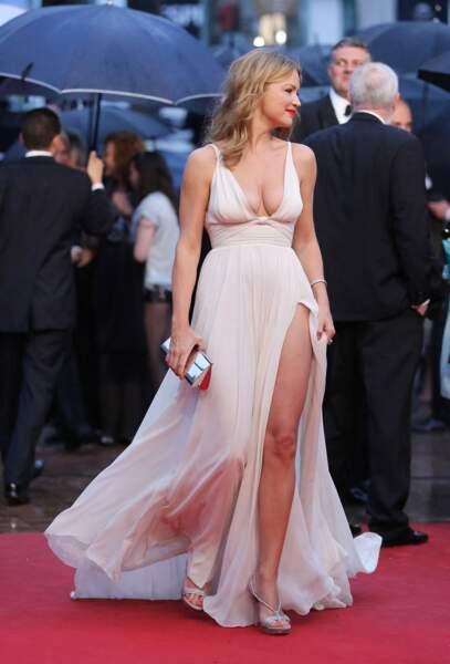 Virginie Efira en 2012 au Festival de Cannes : elle joue les déesses grecques en robe empire blanche.