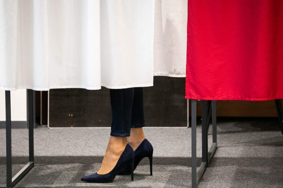 La première dame Brigitte Macron stylée avec des escarpins vertigineux