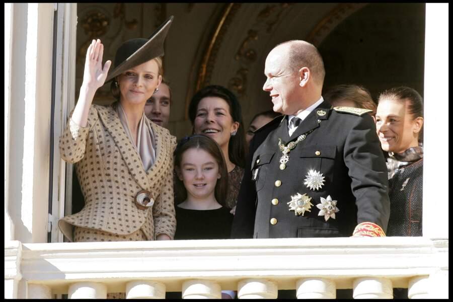 Charlene de Monaco fait le show au balcon du palais princier, avec Albert II, Caroline et Stéphanie de Monaco, le jour de la fête monégasque, le 19 novembre 2010