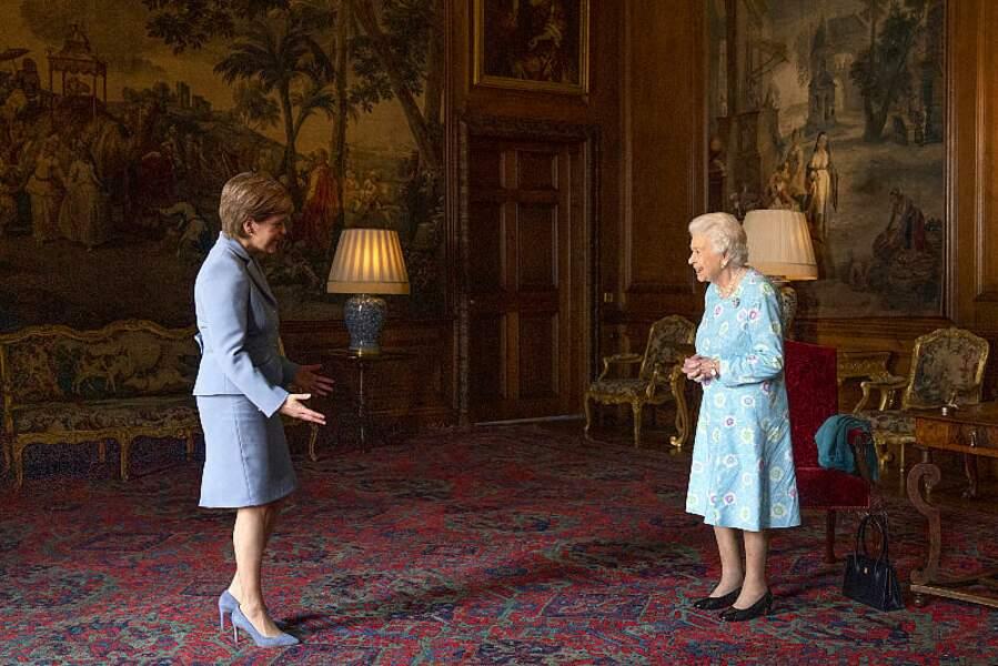 Covid oblige, Elizabeth II et la première ministre écossaise se sont saluées à distance, en respectant les mesures barrières au palais d'Holyroodhouse, le 29 juin 2021