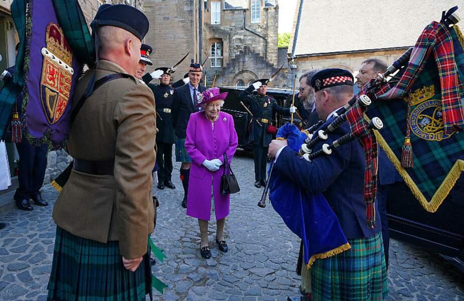 Toujours pimpante, dans sa tenue fuschia, Elizabeth II a dévoilé une plaque au nouveau musée nouveau Argyll and Sutherland Highlanders, le 29 juin 2021, en Ecosse