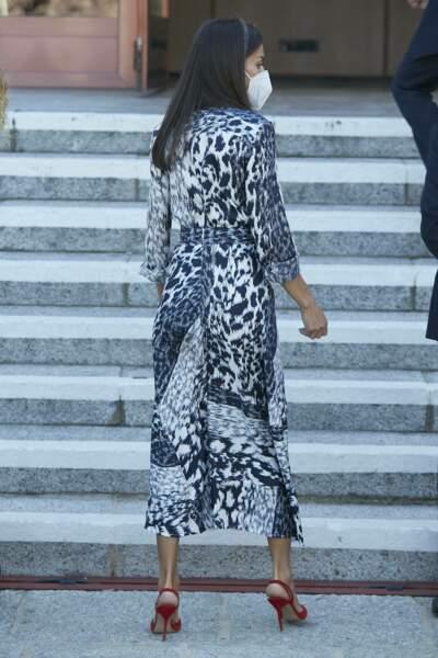 La reine Letizia d'Espagne recycle pour la seconde fois cet ensemble Victoria Beckham et ses escarpins Carolina Herrera.
