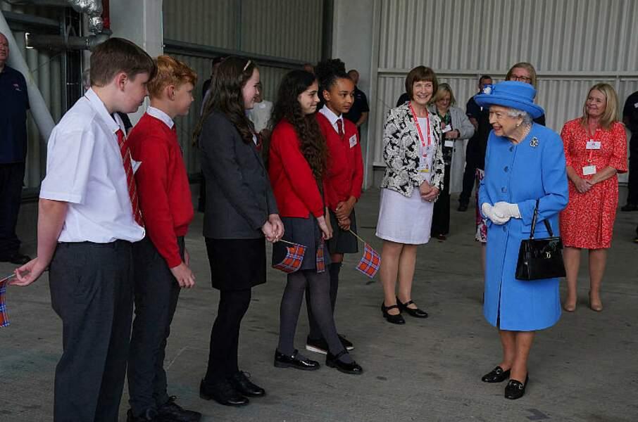 Au programme de ce voyage en Ecosse : une rencontre entre Elizabeth II et des enfants, à Cumbernauld, lors d'une visite dans une usine de production de bière