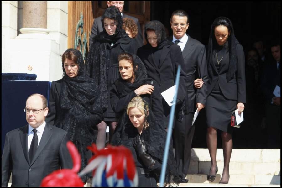 Charlene de Monaco, aux côtés de ses belles-soeurs Caroline et Stéphanie, lors des obsèques de la princesse Antoinette de Monaco, à la cathédrale de Monaco, le 24 mars 2011