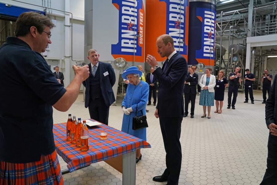 Aux côtés de sa grand-mère, le prince William a pu goûter à la boisson Irn-Bru, confectionnée à l'usine AG Barr