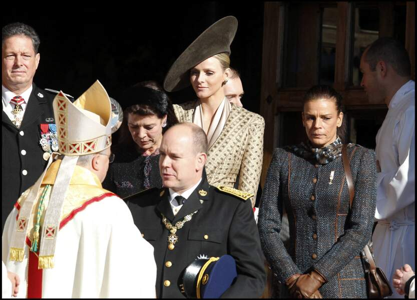 Charlene de Monaco, se tenant derrière Albert II de Monaco, à la sortie de la messe en la cathédrale de Monaco, pour la fête nationale monégasque, le 19 novembre 2010