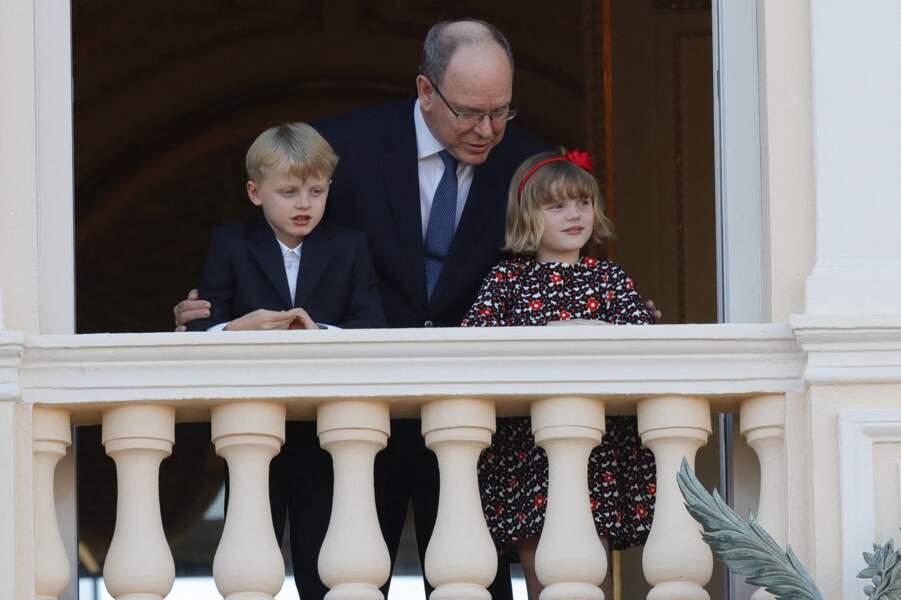 Le prince Albert II de Monaco et ses enfants le prince héréditaire Jacques et la princesse Gabriella - Le prince Albert II de Monaco et ses enfants assistent depuis le balcon du palais à la célébration de la Fête Dieu à Monaco le 3 juin 2021.