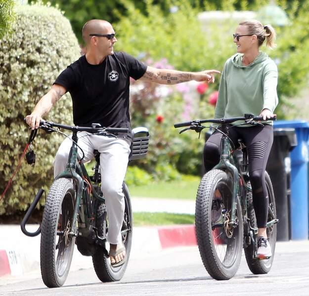 Robin Wright et son mari Clément Giraudet  à vélo dans les rues de Los Angeles, le 3 juin 2020