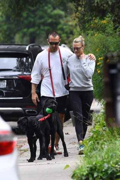 Robin Wright et Clement Giraudet promènent leur chiens dans les rues de Los Angeles, le 28 juin 2021