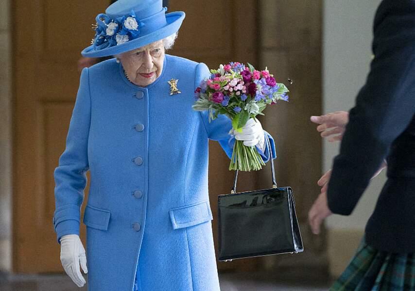 Avec sa tenue bleu ciel éclatante, la reine d'Angleterre a fait sensation, le 28 juin, lors de sa visite au palais d'Holyroodhouse