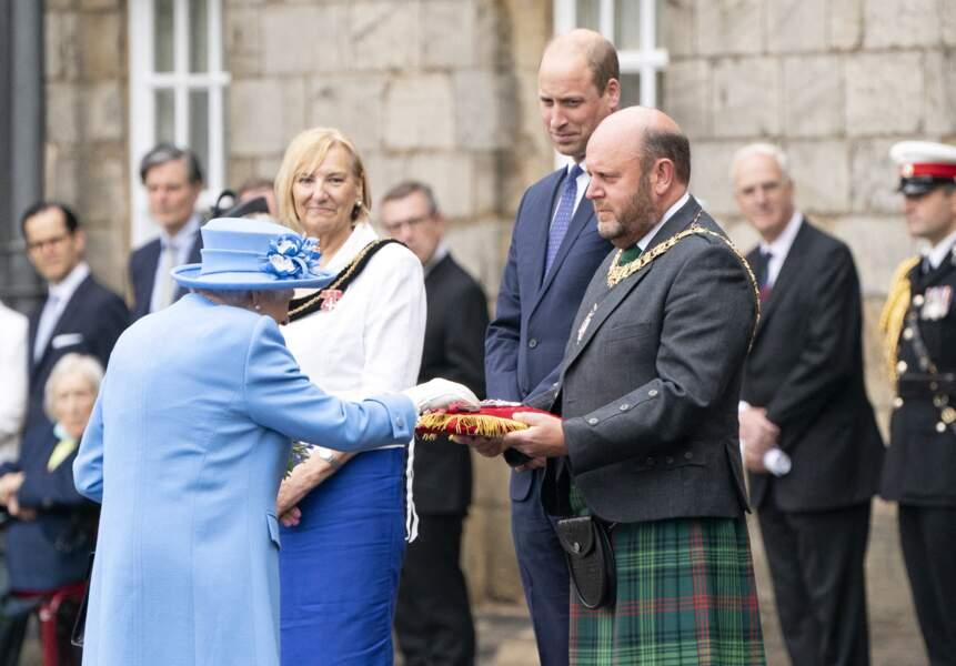 Elizabeth II s'est vu remettre les clés de la ville lors de sa visite à Edimbourg, au palais d'Holyroodhouse, avec le prince William