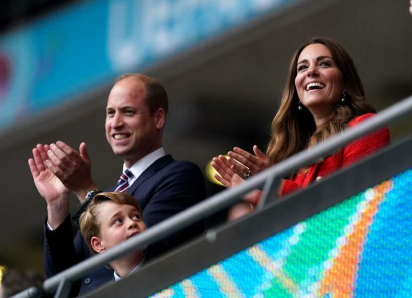 Les princes William et George aux côtés de Kate Middleton félicitent les joueurs de l'Angleterre après leur victoire face à l'Allemagne, ce mardi 29 juin
