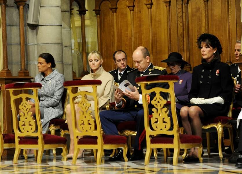 Charlene de Monaco, aux côtés de son époux le prince Albert II et de ses belles-soeurs Stéphanie et Caroline, à la messe organisée pour la Fête nationale monégasque, à Monaco, le 19 novembre 2011