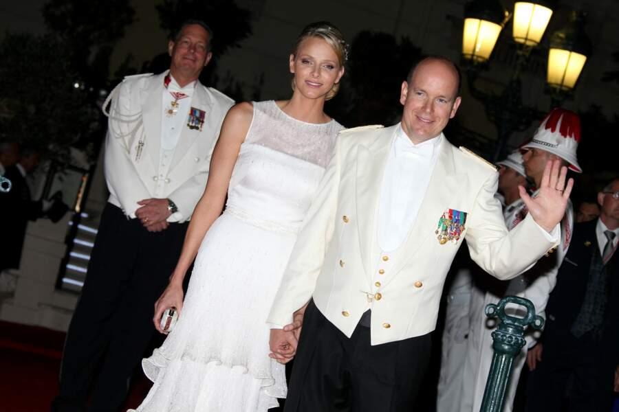 Charlene de Monaco et le prince Albert II épanouis le jour de leur mariage religieux, le 1er juillet 2011