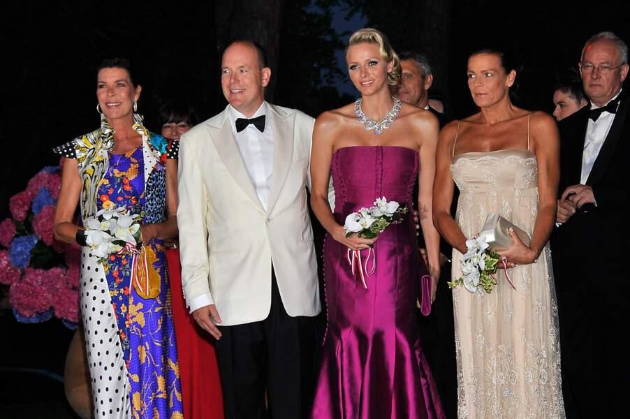 Charlene de Monaco, tout sourire aux côtés de Caroline, Albert II et Stéphanie de Monaco, pour son arrivée au 63ème bal de la Croix-Rouge, à Monaco, le 5 août 2011