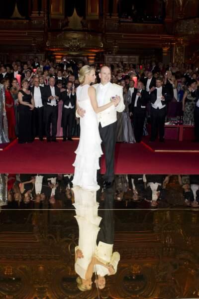 Charlene de Monaco et le prince Albert II entrent sur la piste de danse, le jour de leur mariage religieux, le 1er juillet 2011