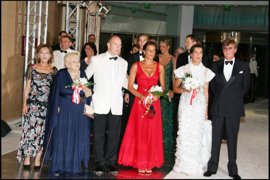 Charlene de Monaco, entourée du prince Albert II de Monaco et de ses soeurs Stéphanie et Caroline, au gala de Croix-Rouge, à Monaco, en août 2006