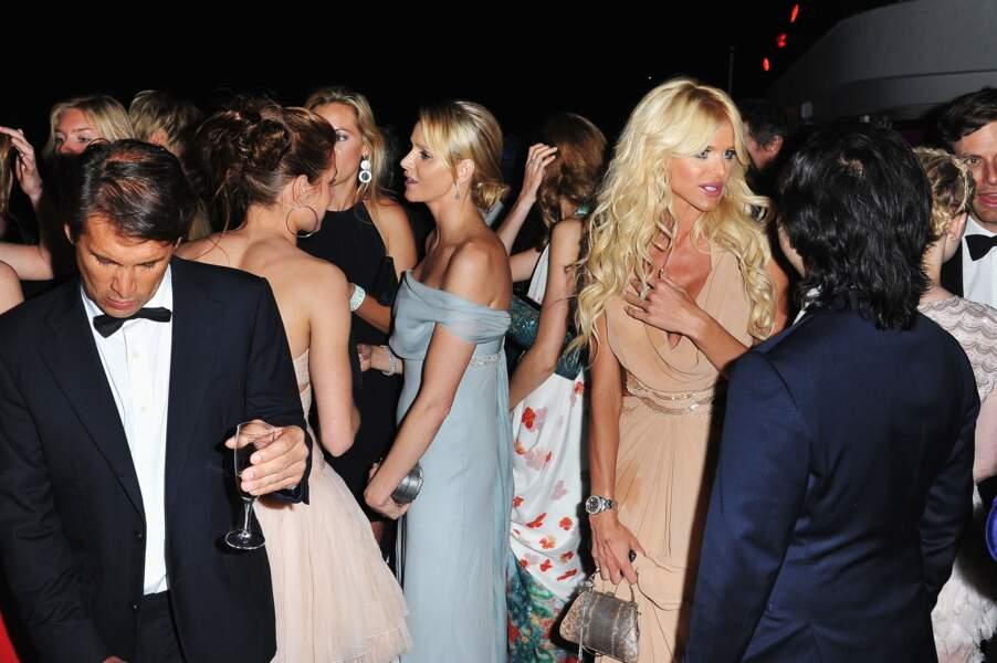 Charlene de Monaco avec son amie Victoria Silvstedt à l'occasion de la soirée de gala AMFAR à Cannes, le 19 mai 2011
