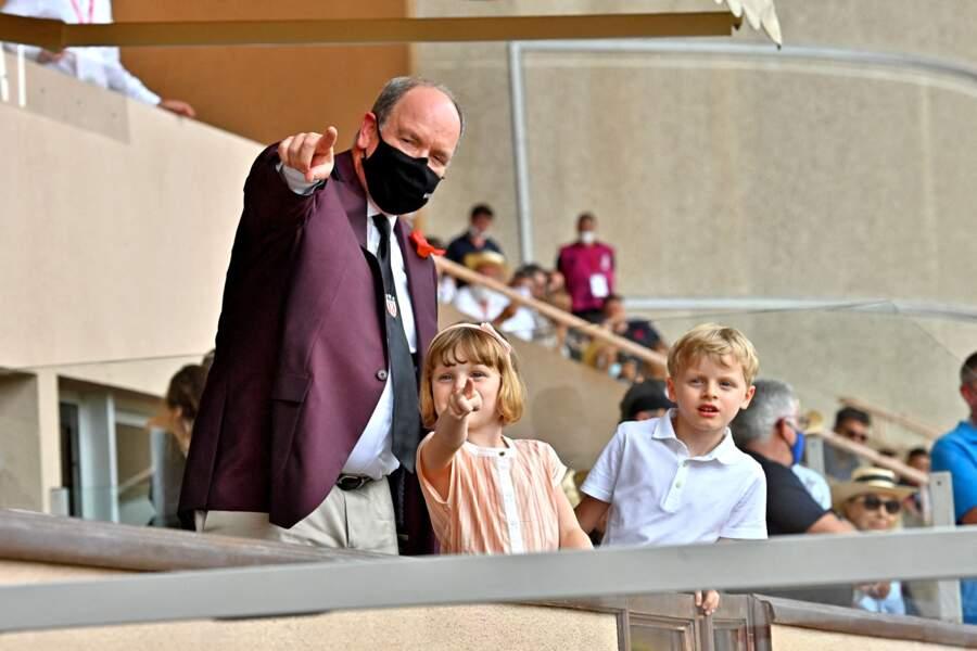 Le prince Albert II de Monaco et ses enfants Jacques et Gabriella durant la dernière journée du World Rugby Sevens Repechage tournament qui s'est déroulée au Stade Louis II le 20 juin 2021.