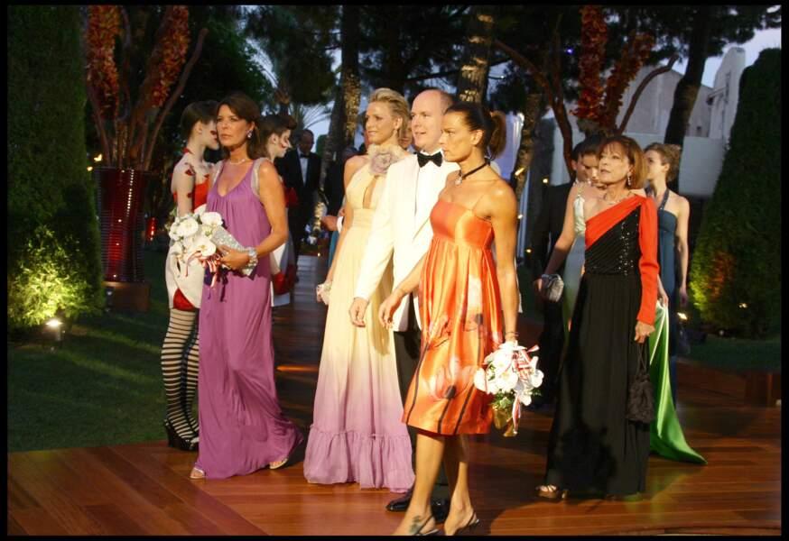 Charlene de Monaco, accompagnée de Caroline de Monaco, du prince Albert II de Monaco et de Stéphanie de Monaco, se rend au 60ème bal de la Croix-Rouge dans les jardins du Sporting Club de Monaco, le 1er août 2008