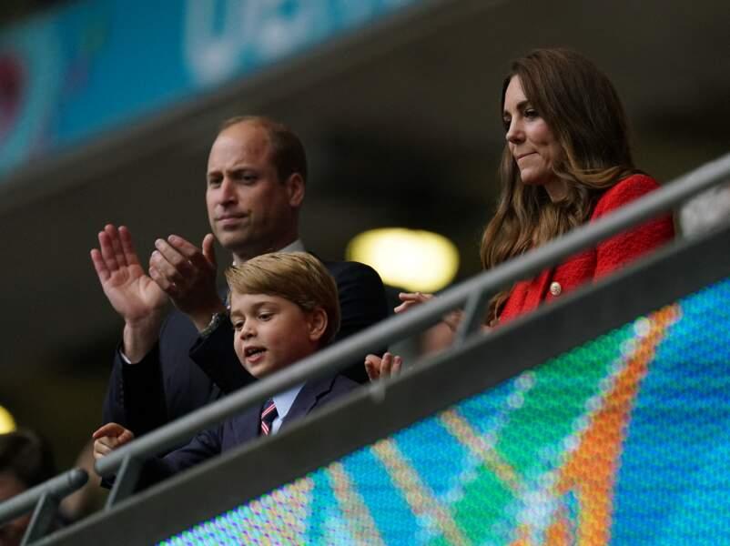 Le prince George célèbre un but des anglais avec ses parents, Kate et William, dans les tribunes du stade de Wembley, ce mardi 29 juin 2021