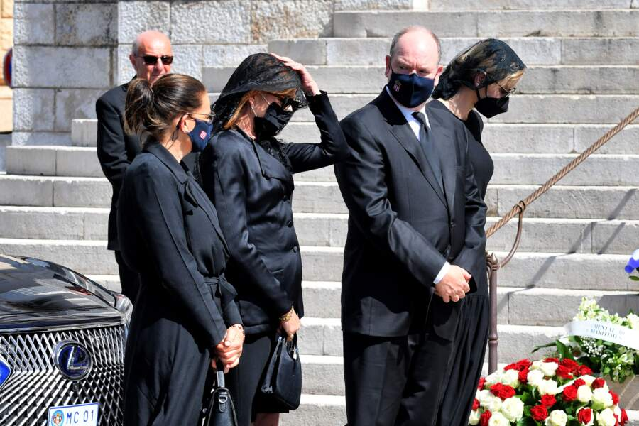 Charlene de Monaco, entourées du prince Albert II et des princesses Stéphanie et Caroline, aux obsèques de la baronne Elizabeth-Ann de Massy, cousine du prince Albert II, en la cathédrale Notre-Dame-Immaculée, à Monaco, le 17 juin 2020