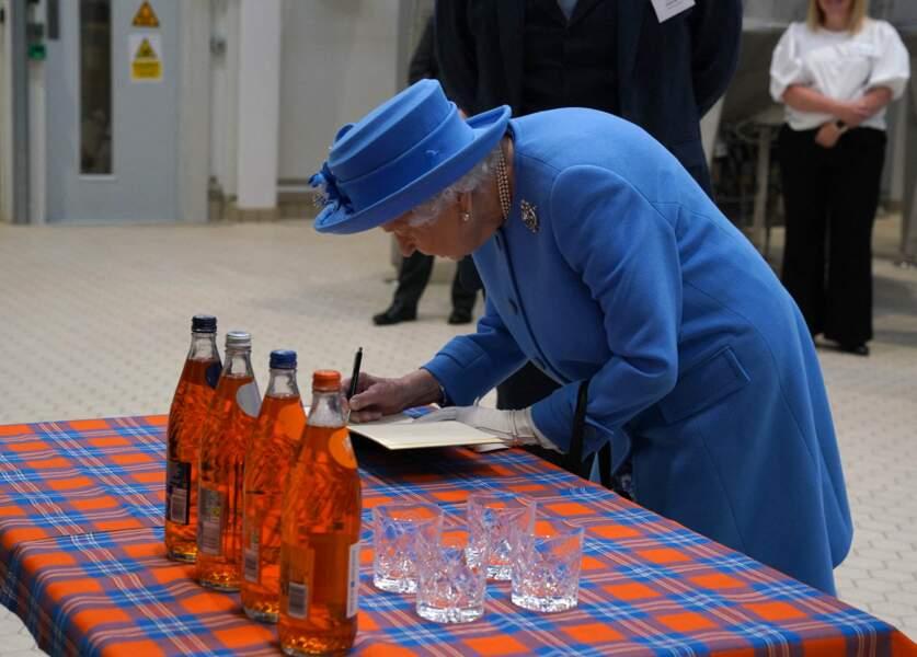 En visite à l'usine AG Barr, à Cumbernauld (Ecosse), Elizabeth II a découvert la fabrication d'une bière locale