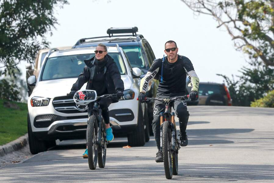 Robin Wright à vélo à côté de son époux Clement Giraudet, Los Angeles, le 11 février 2021