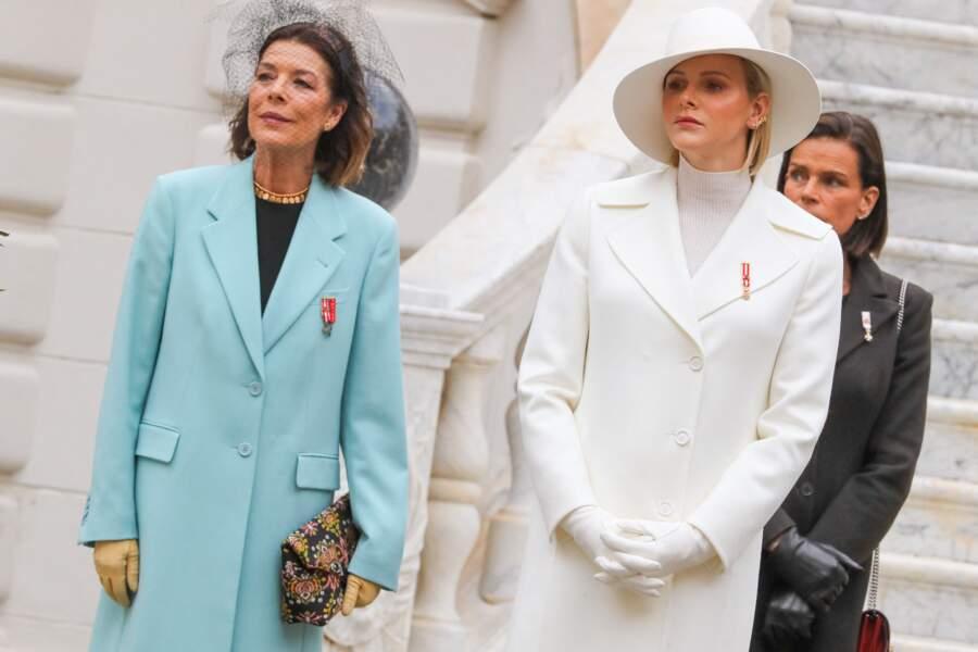 Charlene de Monaco dans un look immaculé, pose aux côtés de Caroline (à gauche) et Stéphanie de Monaco (derrière), lors de la Fête nationale monégasque, à Monaco, le 19 novembre 2019