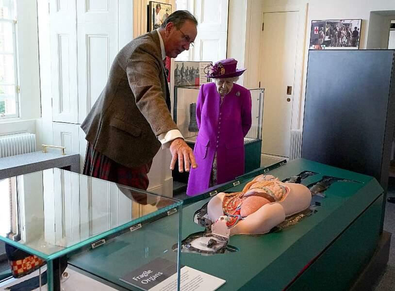 Au château de Stirling, la visite d'Elizabeth II a été l'occasion de découvrir le musée nouveau Argyll and Sutherland Highlanders, grâce aux bons conseils d'un guide