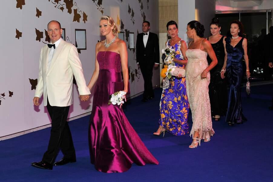 Charlene et Albert de Monaco, suivis de Caroline et Stéphanie, au 63ème bal de la Croix-Rouge, à Monaco, le 5 août 2011