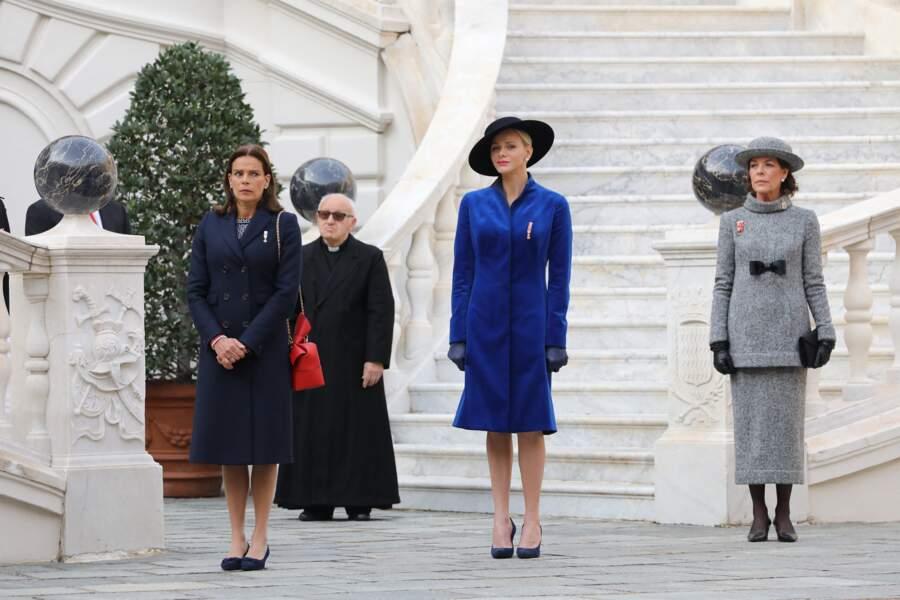 Charlene de Monaco, très chic, entourée de Stéphanie et Caroline de Monaco, dans la cour du palais princier lors de la Fête nationale monégasque, à Monaco, le 19 novembre 2017