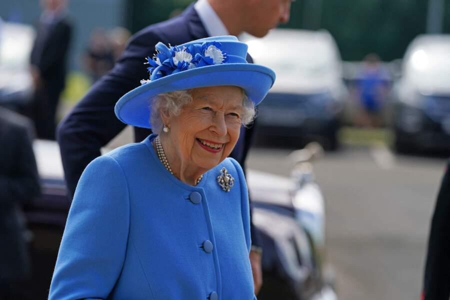 Vêtue de bleu de pied en cap, la reine d'Angleterre était rayonnante en Ecosse, à l'occasion de sa visite au palais d'Holyroodhouse