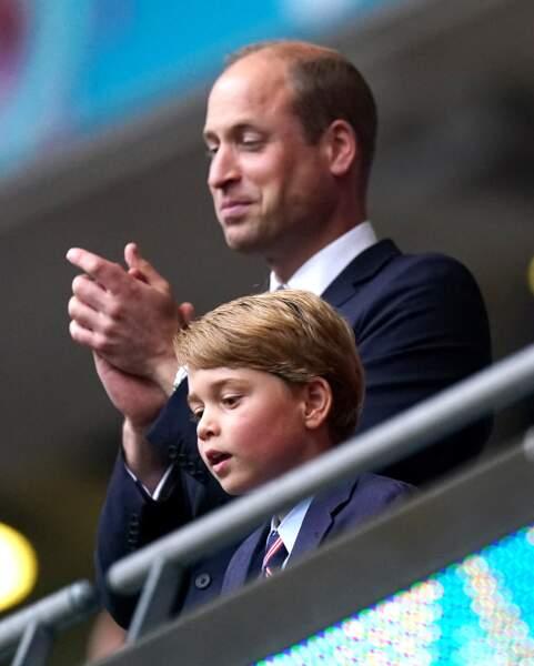 Tel père, tel fils, le prince George et le duc de Cambridge sont absorbés par le match, ce mardi 29 juin 2021, dans les tribunes du stade de Wembley à Londres