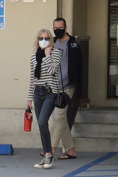 Robin Wright et son mari Clément Giraudet à leur sortie d'un hôpital à Los Angeles, le 14 février 2021