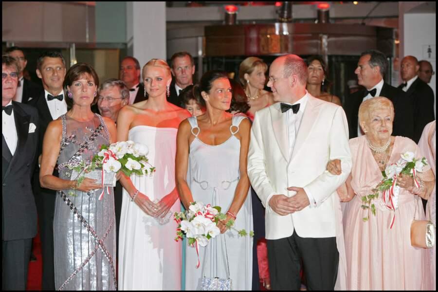 Charlene de Monaco pose aux côtés du prince Albert II de Monaco et de ses soeurs Stéphanie et Caroline, au gala de la Croix-Rouge, à Monte-Carlo, en juillet 2007