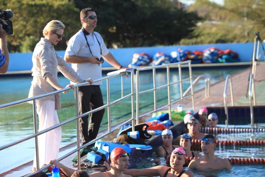 Chad Le Clos accompagne Charlene de Monaco à l'entraînement des nageurs à la piscine Pinetown, à Durban en Afrique du Sud, le 10 août 2012