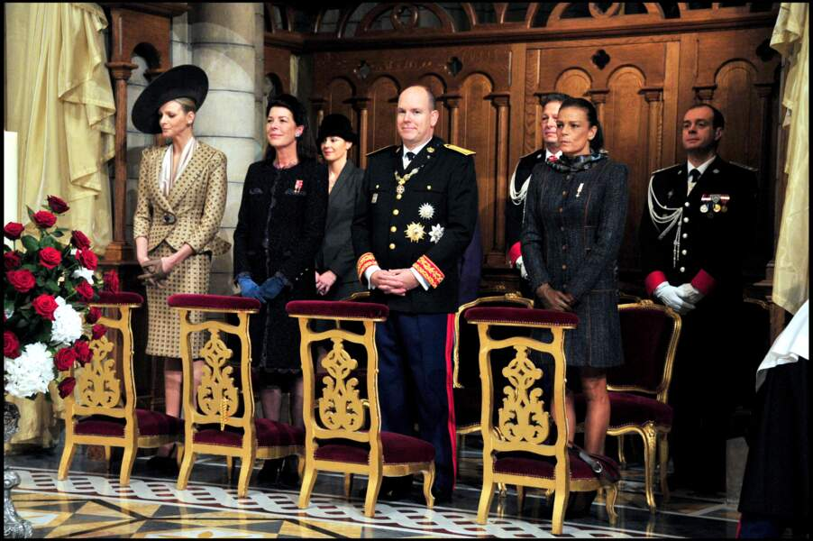 Charlene de Monaco, entourée de ses belles-soeurs Caroline et Stéphanie, ainsi que du prince Albert II de Monaco, à la messe en la cathédrale de Monaco en novembre 2010