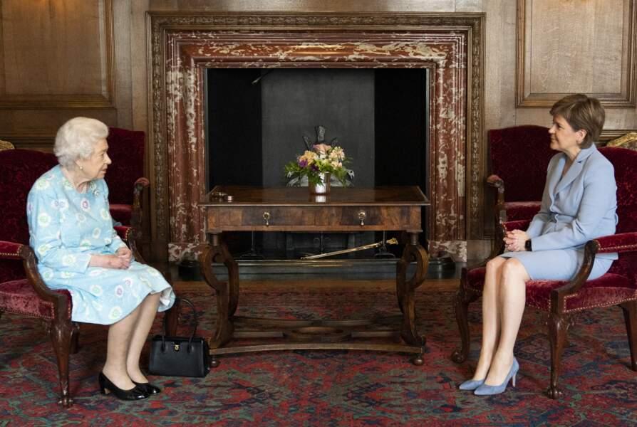 En ce deuxième jour en Ecosse, la Reine s'est entretenue avec la Première ministre écossaise, Nicola Sturgeon, au palais de Holyroodhouse