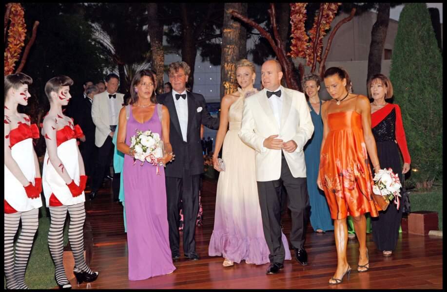 Charlene de Monaco, avec Caroline de Monaco, le prince Ernst August de Hanovre, le prince Albert II de Monaco et Stéphanie de Monaco, lors du 60ème bal de la Croix-Rouge, dans les jardins du Sporting Club de Monaco, le 1er août 2008
