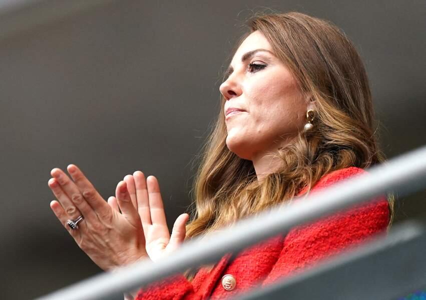 Kate Middleton très élégante en blazer rouge pour soutenir l'Angleterre, ce mardi 29 juin 2021