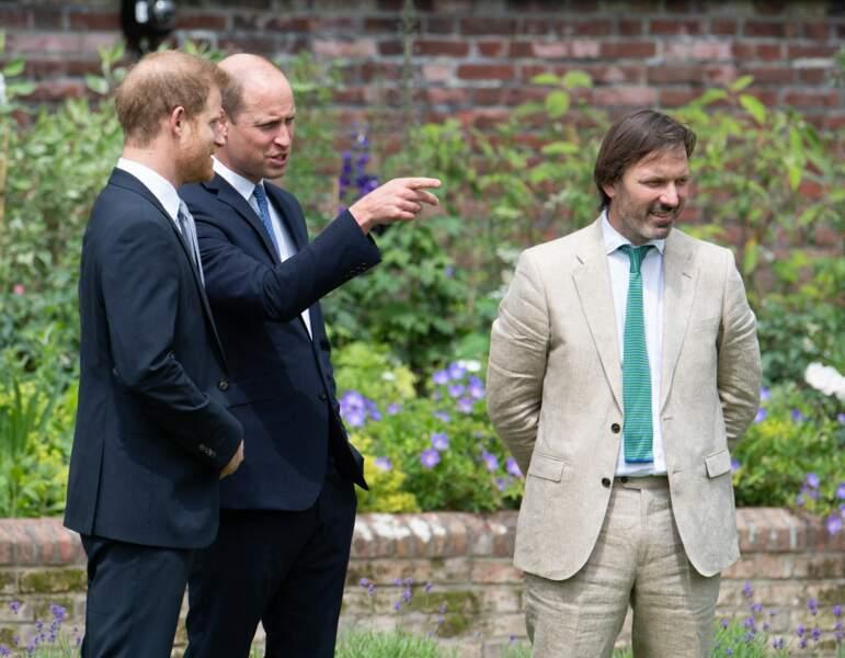William, Harry et le designer Pip Morrison lors de l'inauguration de la statue de Diana dans les jardins de Kensington Palace à Londres, le 1er juillet 2021.