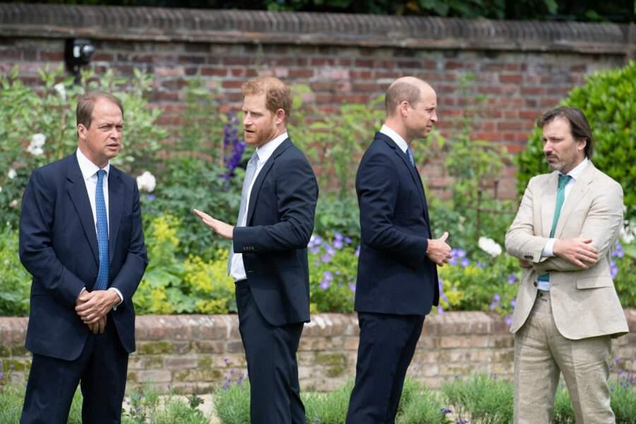 William et Harry en discussion avec leurs secrétaires et le designer du jardin de Kensington, le 1er juillet 2021