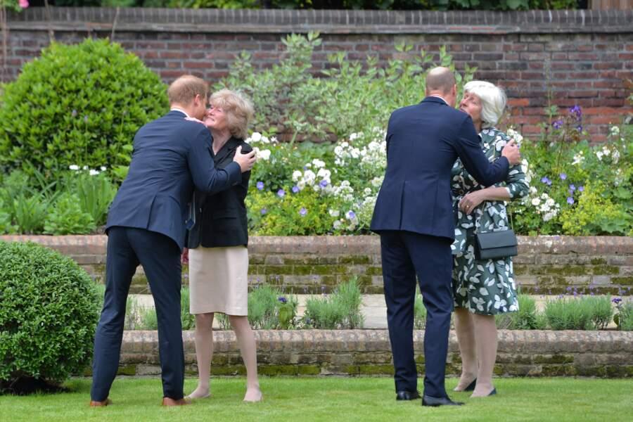 William et Harry retrouvent leur famille à l'inauguration de la statue de leur mère Diana dans les jardins de Kensington Palace à Londres, le 1er juillet 2021.