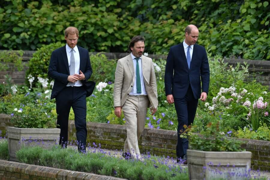 William, Harry et en compagnie du designer des jardins de Kensington, Pip Morrison, lors de l'inauguration de la statue de Diana, le 1er juillet 2021.