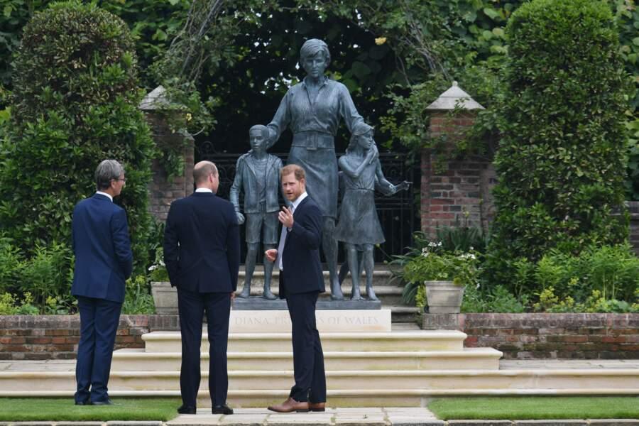 Le prince William et le prince Harry devant la statue de leur mère, la princesse Diana, dans les jardins de Kensington Palace à Londres, le 1er juillet 2021.