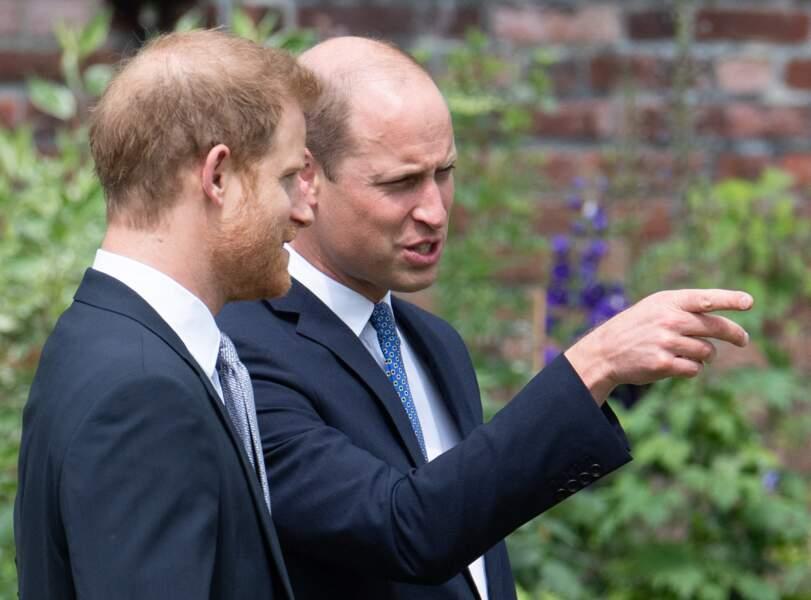 Le prince William et son frère le prince Harry se retrouvent à l'inauguration de la statue de leur mère, la princesse Diana dans les jardins de Kensington Palace à Londres, le 1er juillet 2021.