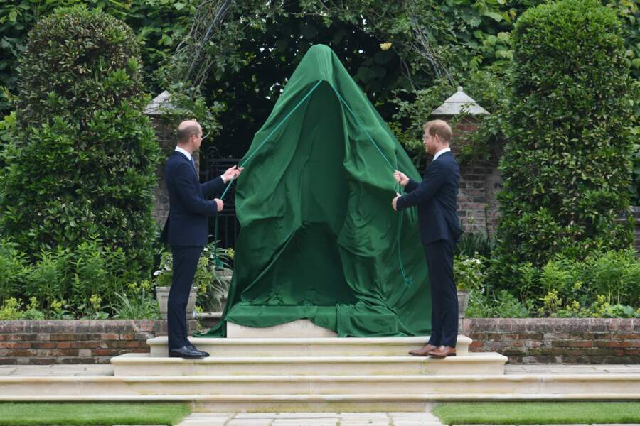 Quelques instants avant que William et Harry dévoilent la statue de leur mère Diana dans les jardins de Kensington Palace à Londres, le 1er juillet 2021.